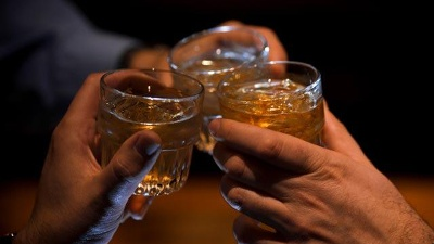 Drinks--alcohol--friends--cheers_20150401145801-159532