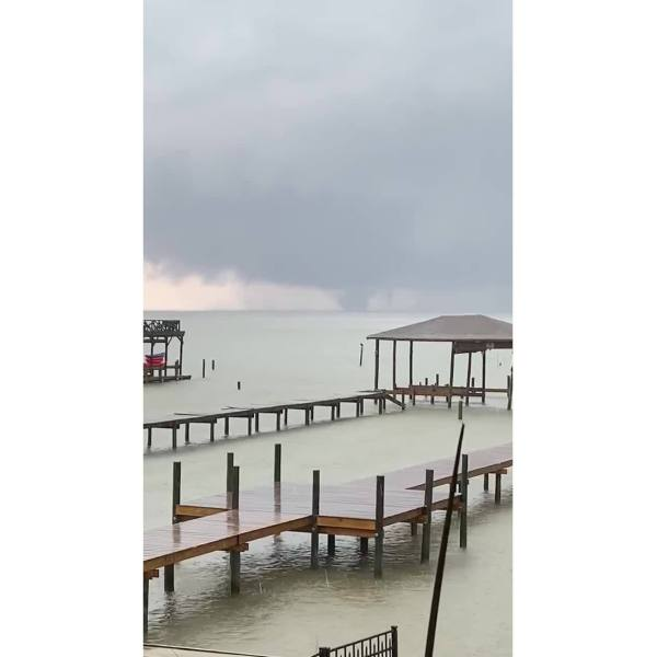 Large_waterspout_over_Mobile_Bay_near_Fa_7_20190606182352-842137442