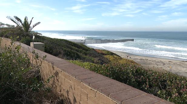 Der Bereich im Border im Field State Park im kalifornischen San Diego, wo der Grenzzaun in den Ozean reicht. | Bildquelle: https://t1p.de/ozwx © Salvador Rivera/Border Report | Bilder sind in der Regel urheberrechtlich geschützt
